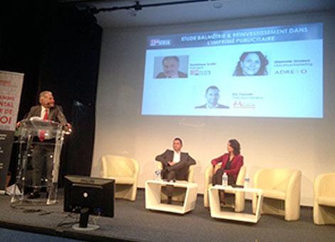 Une femme et deux hommes sur la scène de la Conférence Rétrospective Adrexo 2017