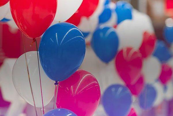 Rangée de ballons de baudruche bleus, blancs et rouges