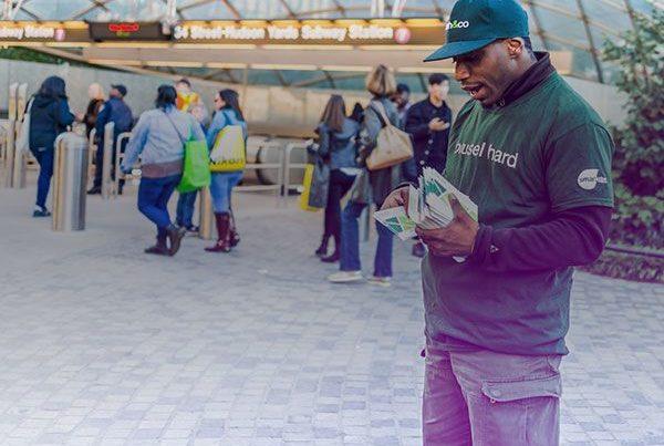 Un animateur de rue distribue des flyers en ville