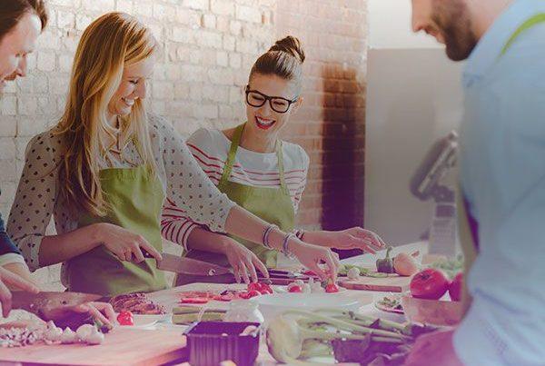 Des adultes participent ensemble à un cours de cuisine