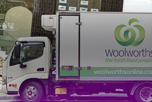 Vue de côté d'un camion mobile avec un affichage publicitaire