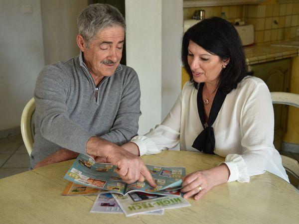 Un couple consulte des imprimés publicitaires