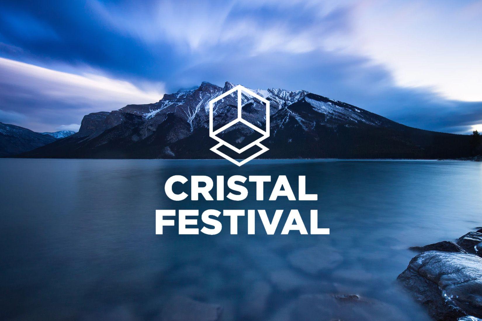 Logotype du Cristal Festival sur une image de lac avec une montagne en arrière plan
