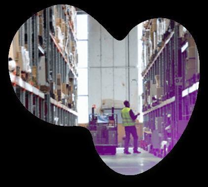 Un magasinier Adrexo récupère des colis dans un entrepôt de stockage