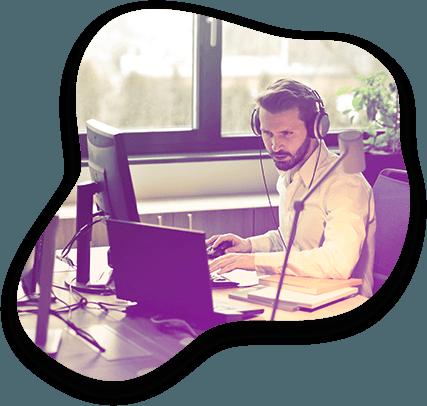 Un conseiller client Adrexo s'occupe de résoudre une affaire sur son ordinateur