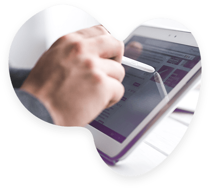 Un client suit le reporting de ses livraisons grâce à une tablette